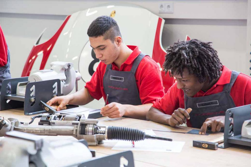 germany-porsche-expanding-the-further-employment-programs-for-the-refugees-11-people20160818-2