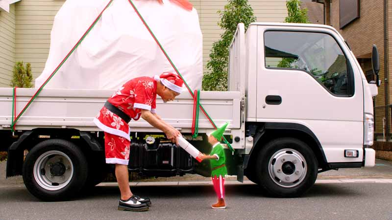 isuzu-elf-new-tvcm-kohinata-fumiyos-plays-midsummer-santa-claus-aired20160812-11