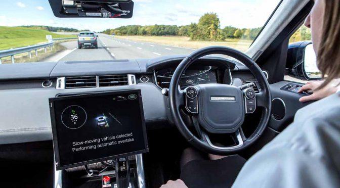 ジャガー・ランドローバー、車両間通信を可能にする新コネクテッド技術の試験運用を英国で初披露