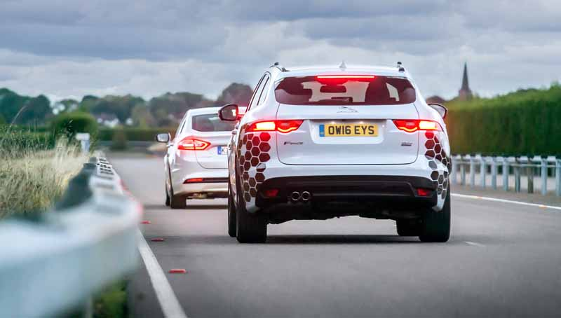 debuted-jaguar-land-rover-the-test-operation-of-the-new-connected-technology-to-enable-communication-between-the-vehicle-in-the-uk20161027-2