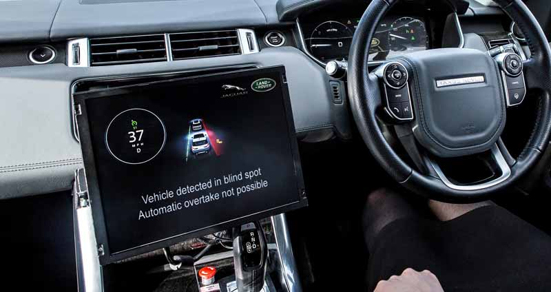 debuted-jaguar-land-rover-the-test-operation-of-the-new-connected-technology-to-enable-communication-between-the-vehicle-in-the-uk20161027-6