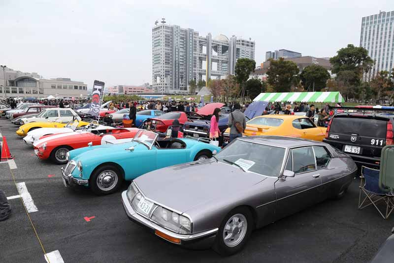 held-in-the-old-car-of-the-festival-odaiba-old-car-heaven-2016-on-november-20-to-play-in-the-family20161009-1