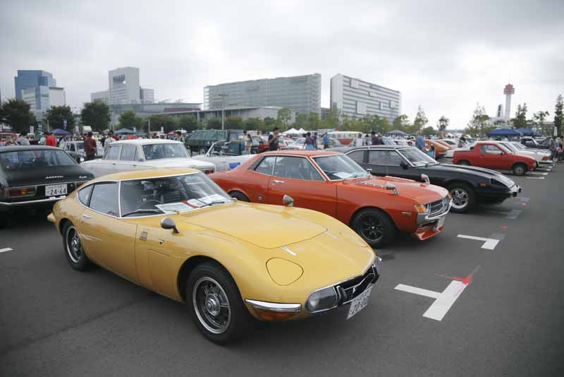 held-in-the-old-car-of-the-festival-odaiba-old-car-heaven-2016-on-november-20-to-play-in-the-family20161009-10