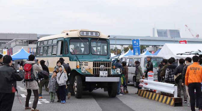 held-in-the-old-car-of-the-festival-odaiba-old-car-heaven-2016-on-november-20-to-play-in-the-family20161009-3