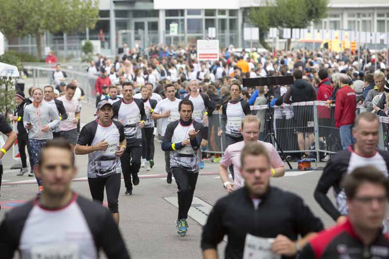porsche-donated-180000-euros-to-the-social-support-activities-in-the-6-hour-marathon-in-germany20161013-4