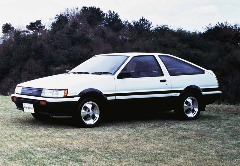 toyota-opened-a-corolla-50th-anniversary-special-site-follow-the-journey-of-birth-half-a-century-the-celebrated-taking-the-same-car-has-walked-50-years20161023-9