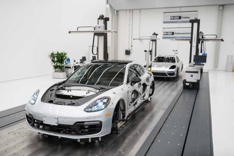 porsche-ag-conducts-the-world-premiere-of-panamera-executive-model-and-911-rsr20161120-16