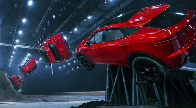 ジャガーのC-SUV「E-PACE」初披露。バレルロール15m跳びでギネス記録達成