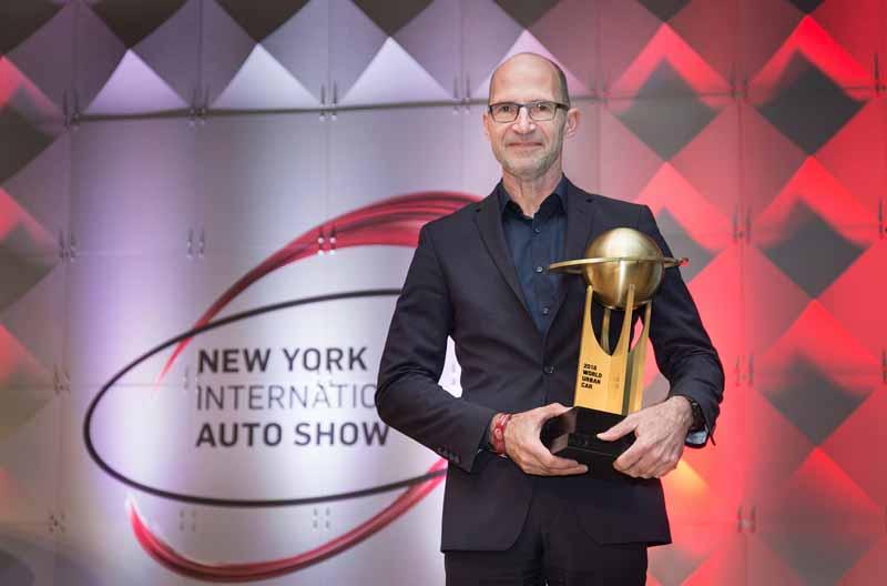 ニューヨークでアワードを受け取る、フォルクスワーゲンデザイン責任者のクラウスビショフ氏