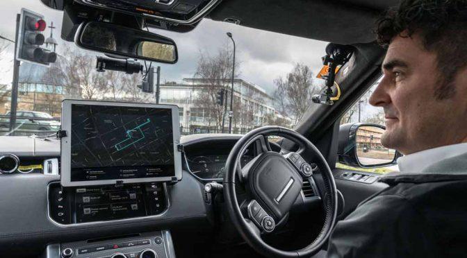 ジャガー・ランドローバー、走行中の死角を見通す自動運転技術を先導