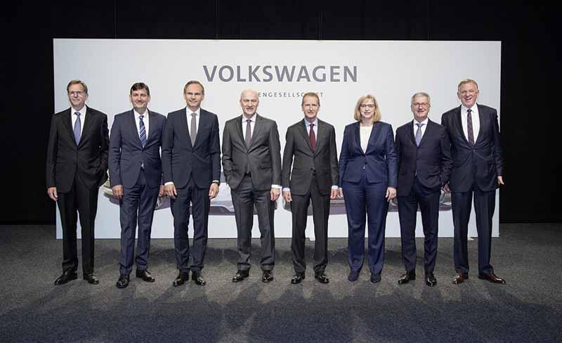 VWグループの経営幹部と共に写真に収まる中央右のディース新CEO。なお持ち株会社のポルシェ・オートモービル・ホールディング(ポルシェSE)のマティアス・ミュラー戦略・企業開発担当取締役は退任した。