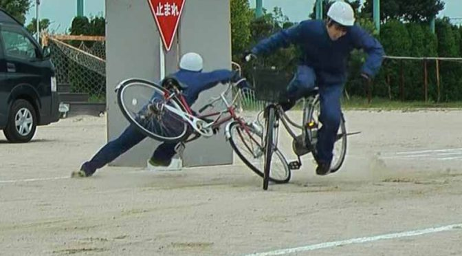JAF福岡、スタントマンが交通事故を再現する講習会を開催