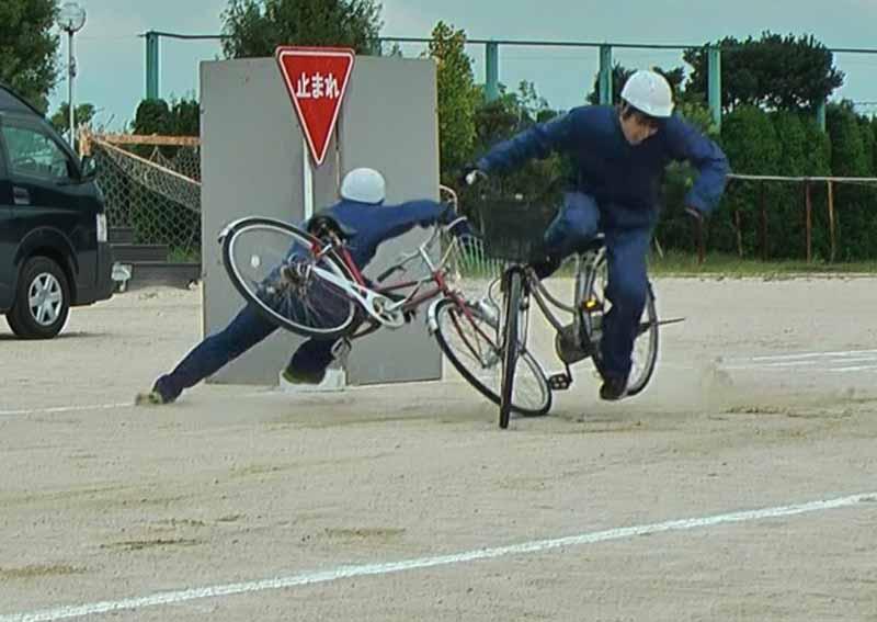 写真は、スタントマンによる疑似交通事故の再現(自転車対自転車)