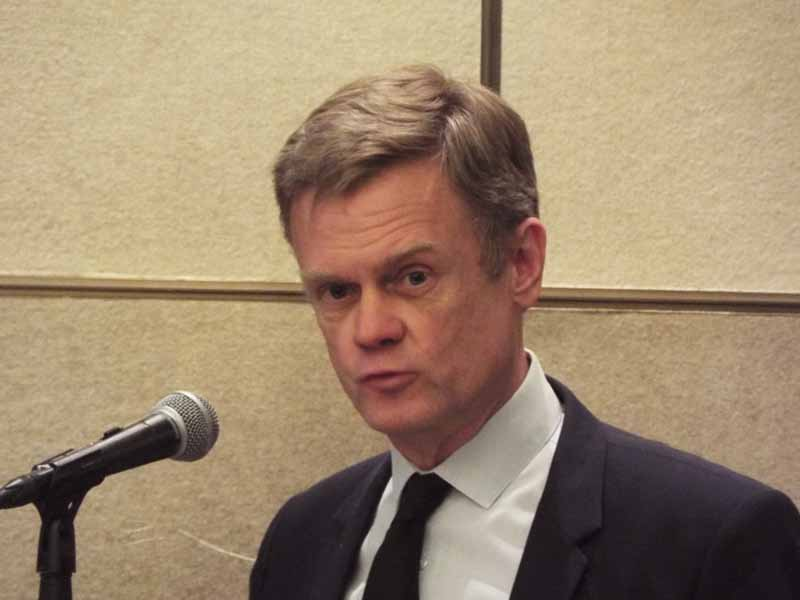 開催記者会見の壇上で、ショー実施の挨拶を行うフランス共和国・ローラン・ピック駐日大使。
