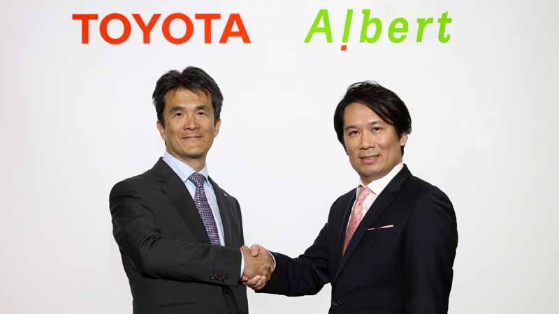 写真は、トヨタの先進技術開発カンパニーで自動運転開発を担当する鯉渕健常務理事と、ALBERTの松本壮志社長。