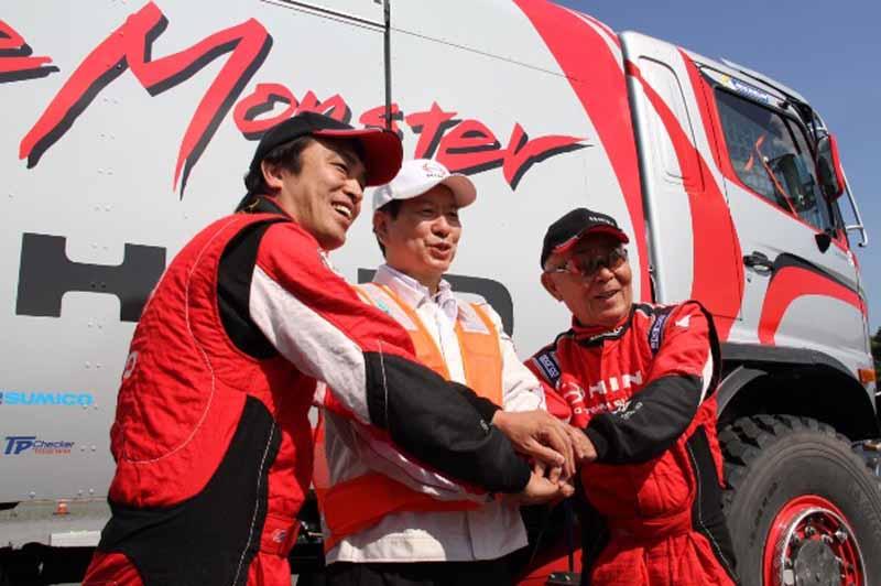 新型日野レンジャーの前でさらなる飛躍を誓う菅原照仁ドライバー(左)、日野の下社長(中央)、菅原義正ドライバー(右)