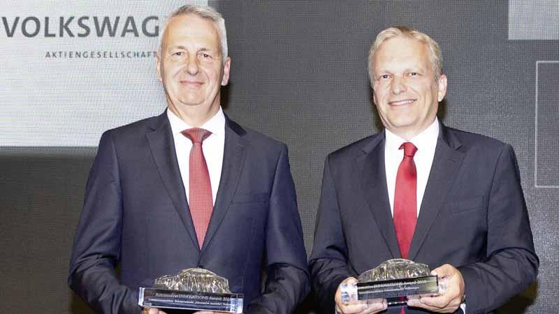 授賞式に出席した、エルンスト ホフマン(コンセプト開発責任者【左】)と Dr. ヴォルフガング デメルバウアー・ エブナー(ガソリンエンジン開発責任者【右】)