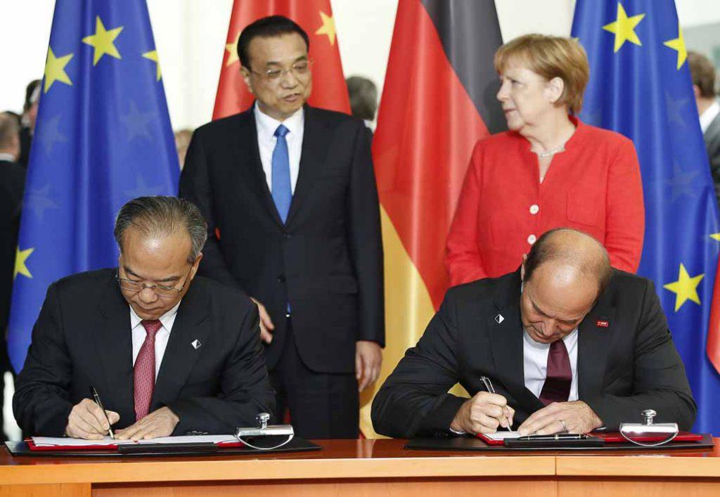 BASF取締役会会長のマーティン・ブルーダーミュラー(前列右)と広東省常務副省長の林少春氏(前列左)はベルリンにて、ドイツのアンゲラ・メルケル首相(後列右)と中国の李克強首相(後列左)の立会いのもと、覚書(義務を伴わない基本合意書)に署名した(写真:ドイツ連邦政府提供)。
