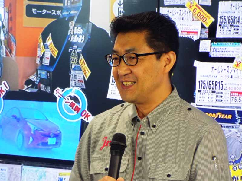 発表会の最後にジェームス光が丘店店長・岩井藤雄氏が登壇。顧客の声が集まる販売店で、特に昨年末から今年上半期に掛けてオールシーズンタイヤに対するユーザーの反響について紹介した。