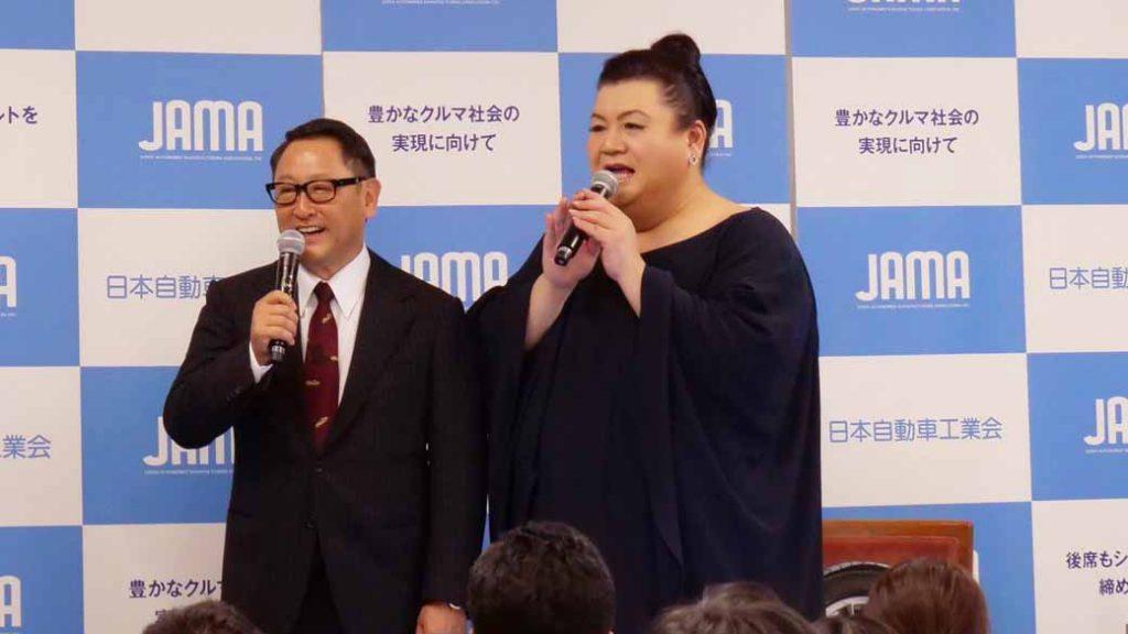 写真は、豊田章男氏(トヨタ自動車社長)によるお堅い自工会・会長就任会見の席に絡んでマツコデラックスさんが登場した際の一場面。
