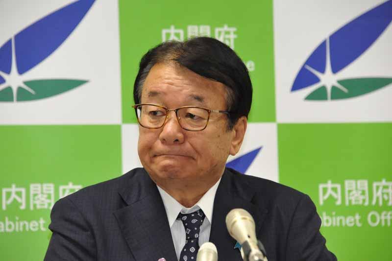 山本順三国家公安委員長は、閣議後会見で速度引き上げに向けての検討課題を語った。撮影=中島みなみ