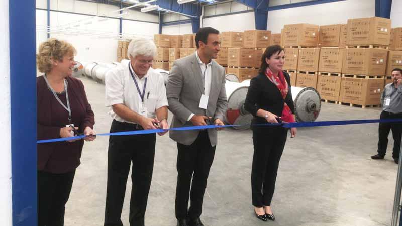 写真は2011年にメキシコ・プエブラ州ヒュージオチンゴの工業団地で稼働を開始した拠点開所式の1コマ。中央が、当時CEO職のウィルフリード・トランンプ氏、向かって右がCFOのヴィーナスポリト氏。