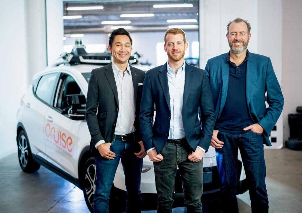 写真は2018年11月20日、カリフォルニア州サンフランシスコのクルーズオートメーションオフィスでの一コマ。クルーズオートメーションのダンカンCOO、クルーズオートメーションの最高技術責任者のカイルフォグ社長、ゼネラルモーターズ社長から新CEOとなるダン・アマン氏。