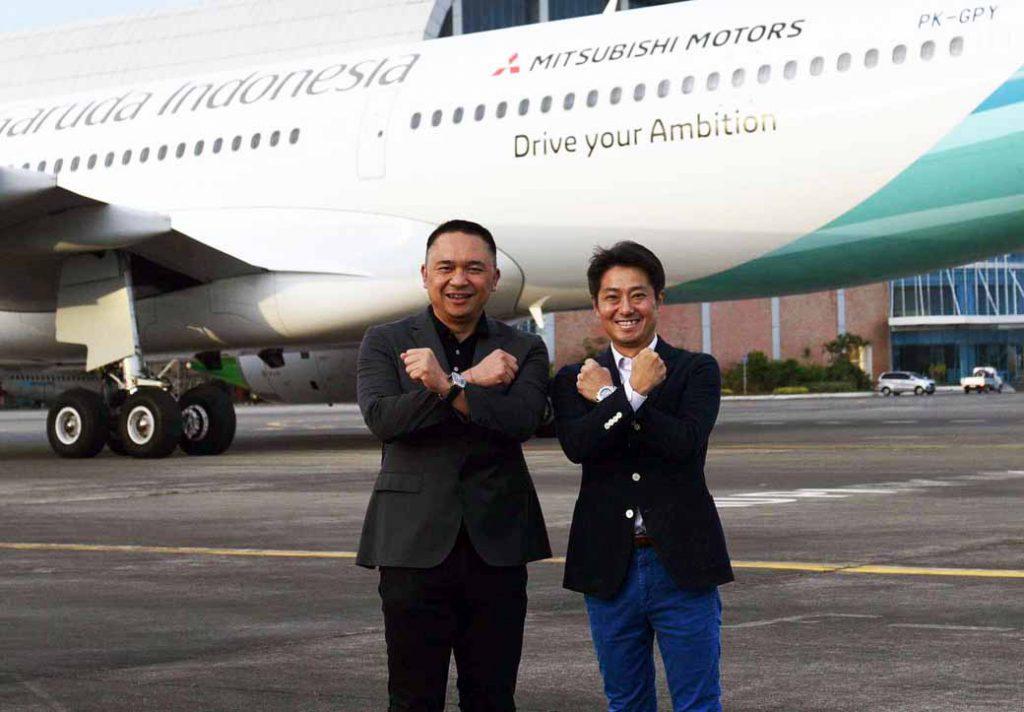 特別塗装機の前で記念撮影するアスカラ社長(左)と中村社長(右)