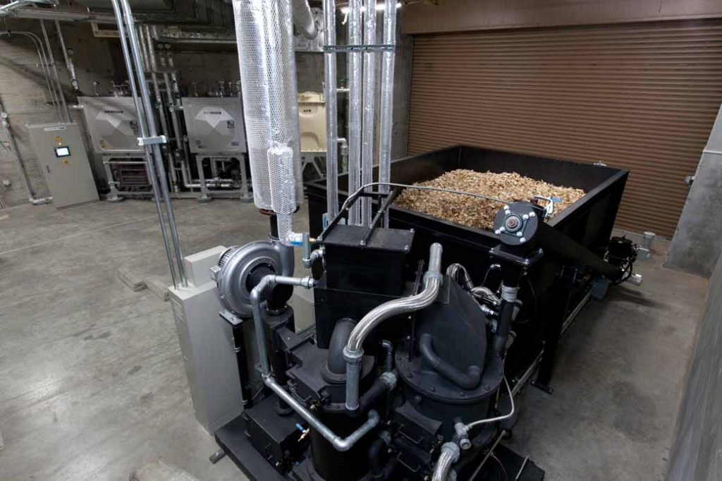 2019年2月に設置されたバイオマス発電装置。地元産の木材チップを使用