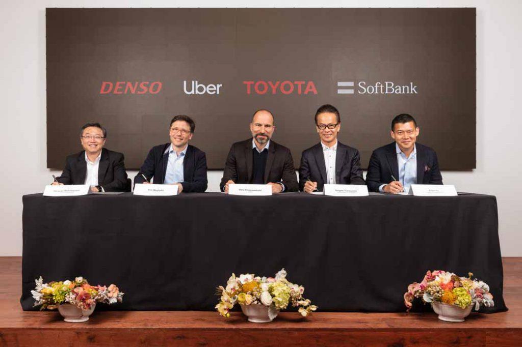 調印式の様子(左から)デンソー取締役副社長 若林宏之、Uber ATG責任者 エリック・メイホファー、Uber CEO ダラ・コスロシャヒ、トヨタ副社長 友山茂樹、SVF Managing Partner アーヴィン・トゥ