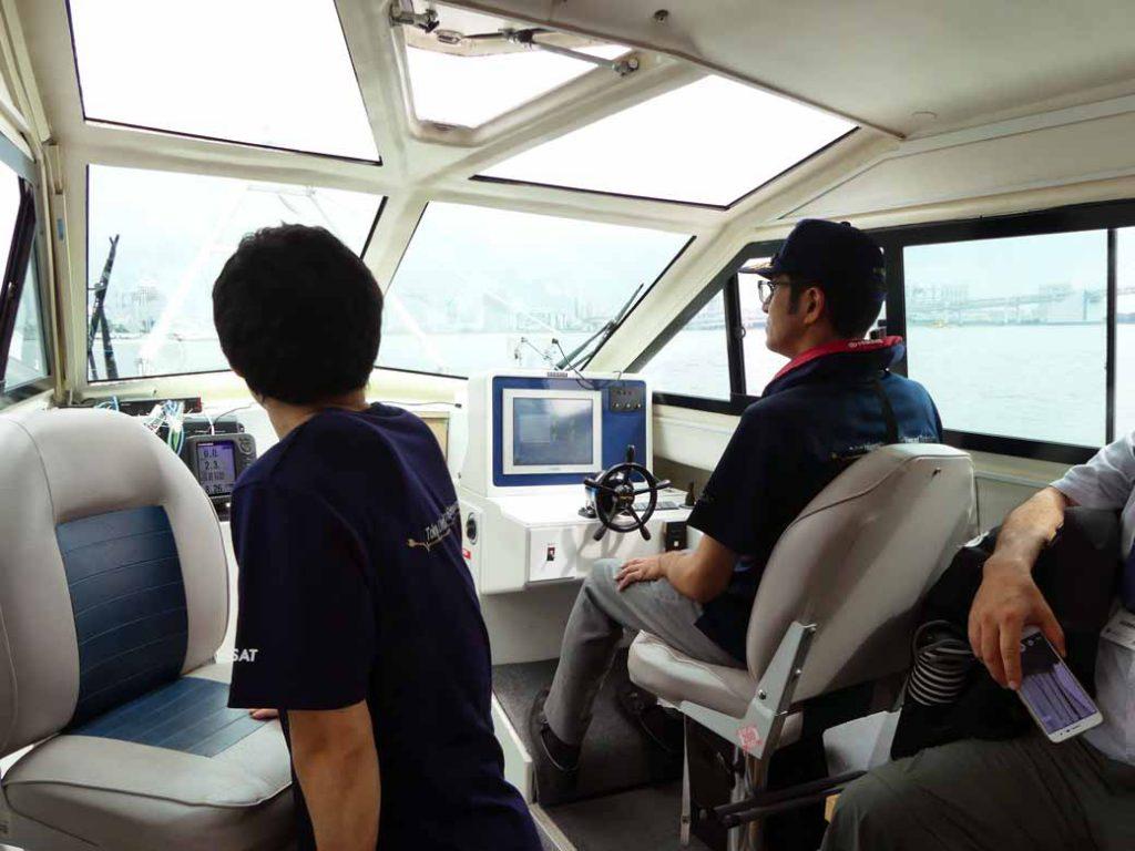 商業化を視野にした船上移動でも、陸上に於ける自動車利用と同じく自動運転による操業を想定している。今回はWi-Fiアンテナからの電波をキャッチしての遠隔操作を実現した。現実の事業化にあたっては、電動船舶が信号を受信し易いLTE回線の他、Wi-Fiアンテナを移動区間に複数設営し、運用していく考えを持っているようだ。