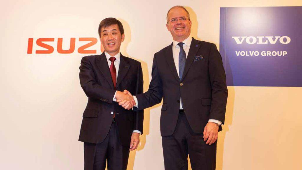 締結調印で握手を交わす、いすゞの片山正則社長とABボルボのマーティン・ルンドステットプレジデント兼CEO