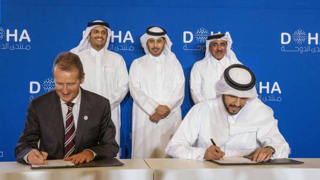 写真は署名するVWグループCEOのヘルベルト・ディース氏と、カタール投資庁CEOのマンスール・ビン・イブラヒム・アル・マフムード氏