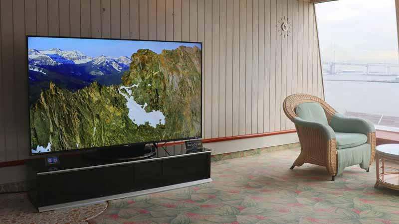 クルーズ客船「飛鳥Ⅱ」のラウンジに置かれた液晶テレビ『AQUOS 8K』