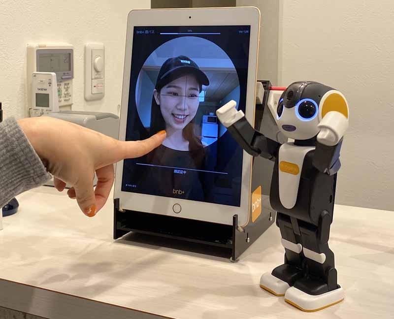 モバイル型ロボット「RoBoHoN(ロボホン)」を活用した接客サービス(5月20日発表)