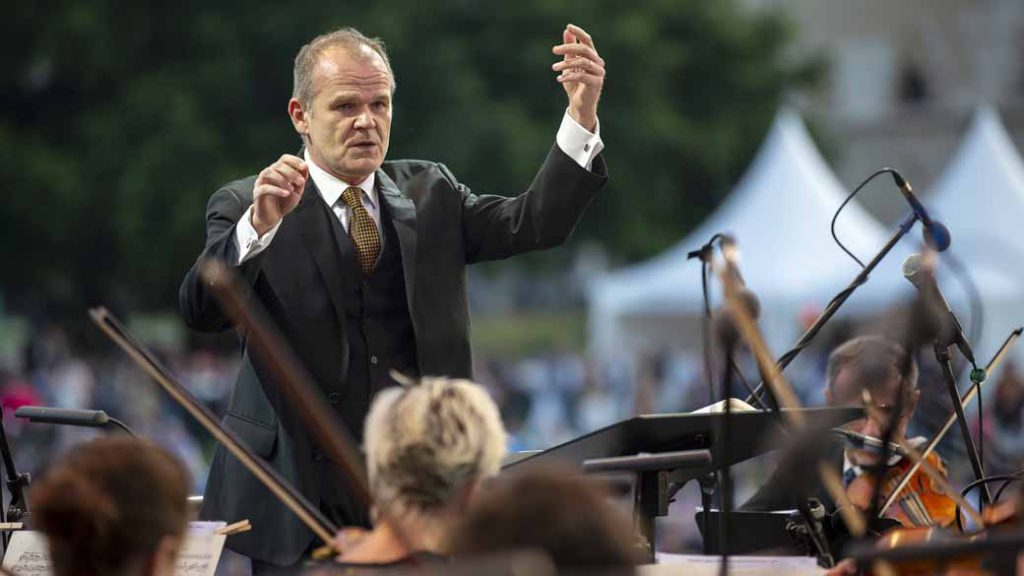 """François-Xavier Roth conducts his orchestra """"Les Siècles""""."""